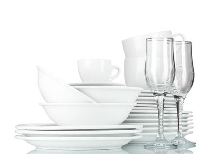 ustensiles de cuisine: bols vides, assiettes, tasses et des verres sur fond gris Banque d'images