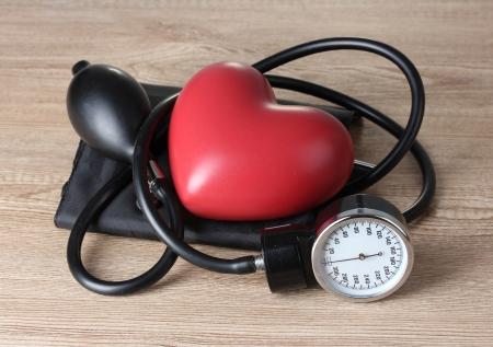 hipertension: Ton�metro de negro y el coraz�n sobre fondo de madera
