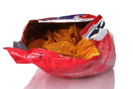chips de patata en la bolsa de sabrosas aisladas en blanco