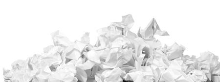 Stapel von zerknittertes Papier Bälle auf weiß isoliert Standard-Bild
