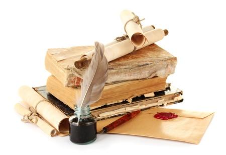 vieux livres, des lettres et un stylo plume isol� sur blanc