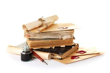 vieux livres: vieux livres, des lettres et stylo � encre isol� sur blanc
