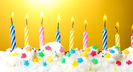 belles bougies d'anniversaire sur fond jaune