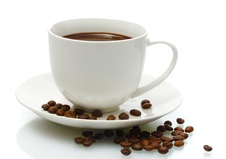 kroes: kopje koffie en bonen op wit wordt geïsoleerd Stockfoto