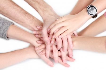 compromiso: grupo de las manos de los j�venes aislados en blanco Foto de archivo