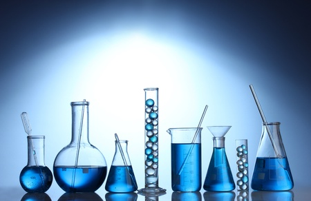 medische instrumenten: Test-buizen met blauwe vloeistof op blauwe achtergrond Stockfoto