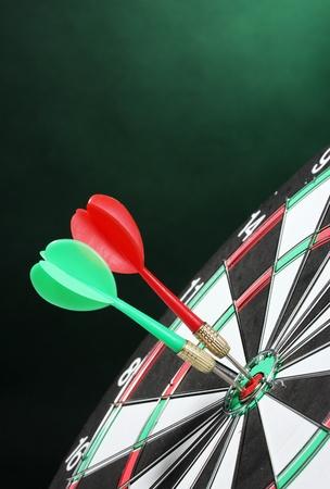 boogschutter: dartbord met darts op groene achtergrond