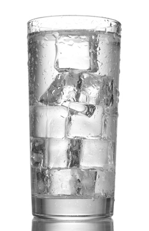 condensación: vaso de agua con hielo aislados en blanco