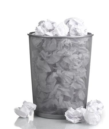 Metalen vuilnisbak van papier op wit wordt geïsoleerd