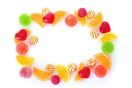golosinas: marco de coloridos dulces de jalea aislado en blanco