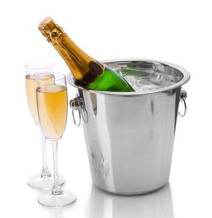 botella champagne: Botella de Champagne en un cubo con hielo y vasos de champ�n, aislado en blanco