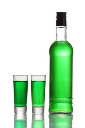 Verres et deux bouteilles d'absinthe isolé sur blanc Banque d'images - 13268016