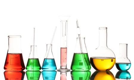 material de vidrio: Cristaler�a de laboratorio diferente con el l�quido de color y con la reflexi�n aislada en blanco Foto de archivo