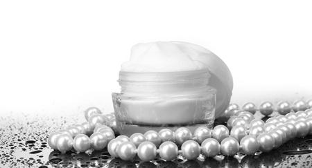 productos de belleza: crema cosm�tica en la mesa aislada en blanco