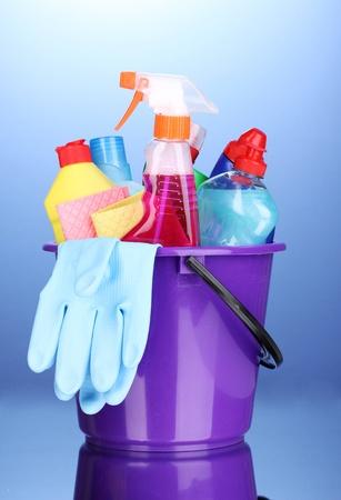productos de limpieza: Cuchara con art�culos de limpieza sobre fondo azul