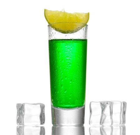 ajenjo: copa de ajenjo, hielo y lim�n aisladas en blanco