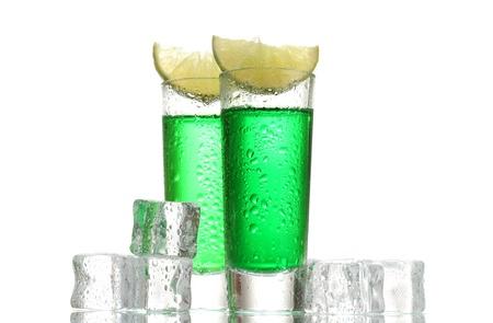 Verres d'absinthe, de la glace et de la chaux isolé sur blanc Banque d'images - 13374319
