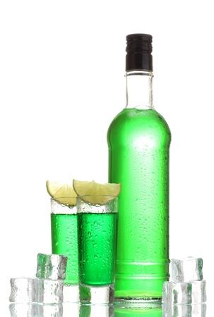 Bouteille et des verres d'absinthe avec de la chaux et de la glace isolé sur blanc Banque d'images - 13374439