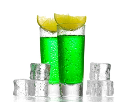 ajenjo: vasos de ajenjo, hielo y lim�n aisladas en blanco Foto de archivo