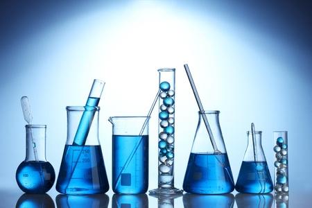 material de vidrio: Tubos de ensayo con el l�quido azul sobre fondo azul Foto de archivo