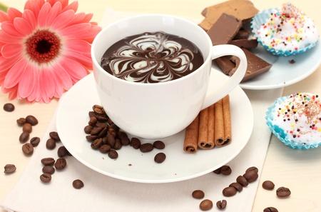 olfato: taza de caf� y gerbera, frijoles, rajas de canela en la mesa de madera