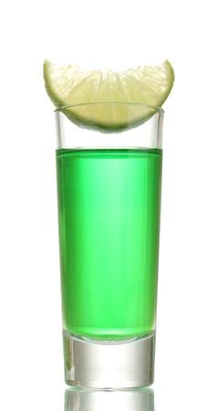 ajenjo: vaso de ajenjo y de la cal aislado en blanco