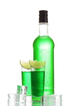 Bouteille et des verres d'absinthe avec de la chaux et de la glace isolé sur blanc Banque d'images - 13580473