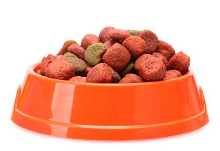 comida perro: alimento de perro seco en un recipiente naranja aislado en blanco