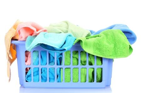 handt�cher: Kunststoffkorb mit hellen Handt�chern isoliert auf wei�