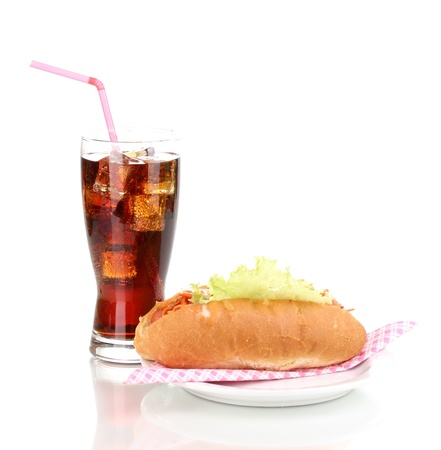 Apetitosa perro caliente y refresco de cola aisladas en blanco