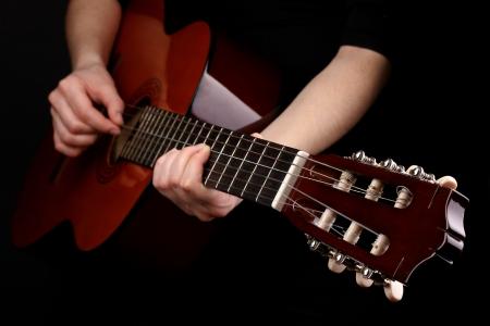 블랙에 고립 된 손에 기타