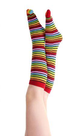 pies sexis: piernas femeninas en coloridos calcetines a rayas aislados en blanco