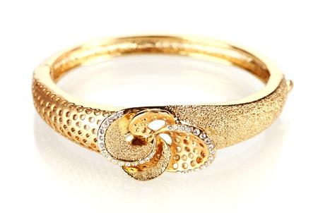 Schöne goldene Armband mit Edelsteinen isoliert auf weiß Standard-Bild