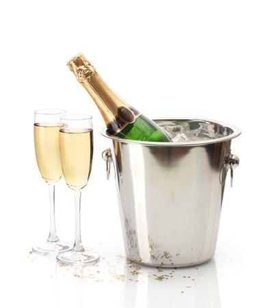 brindisi spumante: Bottiglia di Champagne in secchiello con ghiaccio e bicchieri di champagne, isolato su bianco