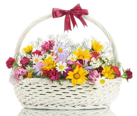 clavel: hermoso ramo de flores silvestres brillantes en la canasta, aislados en blanco Foto de archivo