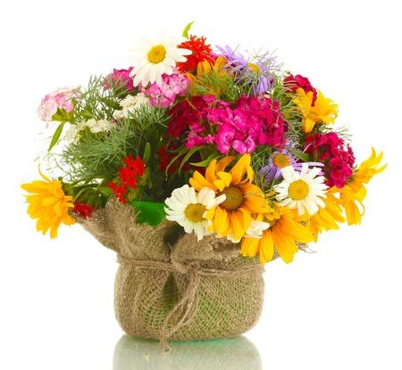 fleurs des champs: beau bouquet de fleurs sauvages lumineuses dans pot de fleurs, isol� sur blanc Banque d'images