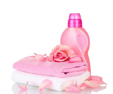 detersivi: Asciugamani e pulizia isolato su bianco