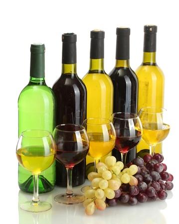 bouteilles et des verres de vin et de raisins m�rs isol� sur blanc