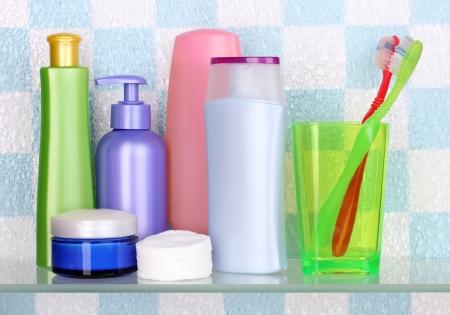 artigos de higiene pessoal: Prateleira com cosméticos e produtos de higiene pessoal na casa de banho