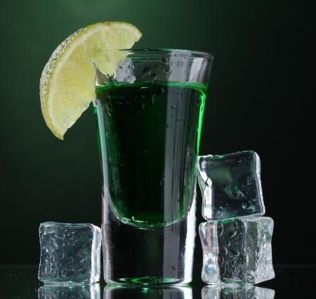 Verre d'absinthe, de la chaux et de la glace sur fond vert Banque d'images - 14098466