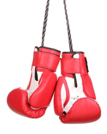 guantes de boxeo: Guantes de boxeo rojos colgando aislados en blanco