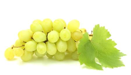 rijpe zoete druiven op wit wordt geïsoleerd Stockfoto