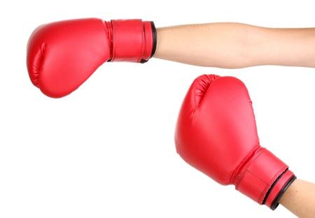 Gants de boxe rouges sur les mains isolé sur blanc