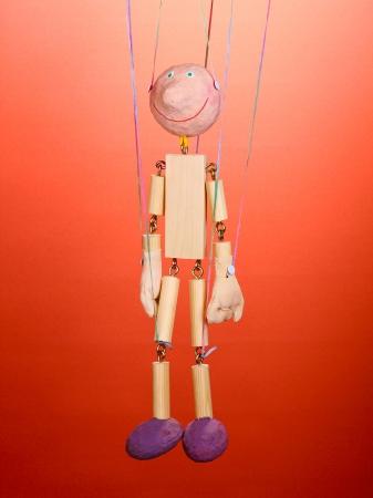 marioneta de madera: Marioneta de madera sobre fondo rojo