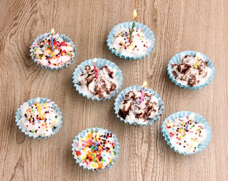 birthday cupcakes: Creamy cupcakes on wooden background