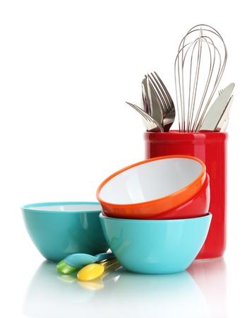 kitchen utensils: brillantes cuencos vac�os, vasos y utensilios de cocina aislado en blanco