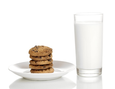 chocolate cookie: Vaso de leche y galletas aislados en blanco