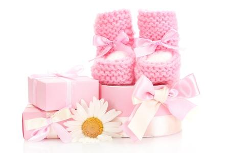 girl socks: ピンクの赤ちゃんブーツ、ギフト白で隔離される花
