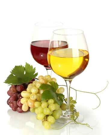 uvas vino: vasos de vino y de uvas maduras aislados en blanco
