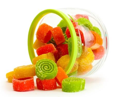 caramelos: coloridos dulces de goma en frasco de vidrio aislado en blanco